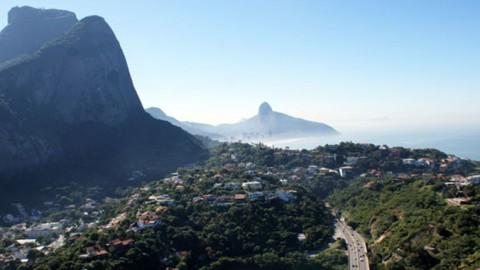 """CEDAE encontra """"gato"""" em condomínio de casas no Itanhangá, bairro do Rio de Janeiro (RJ)"""