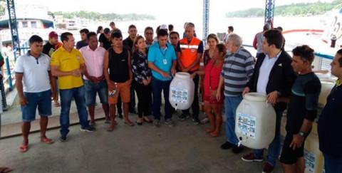 Governo do Amapá entrega kits de tratamento de água a moradores do Bailique