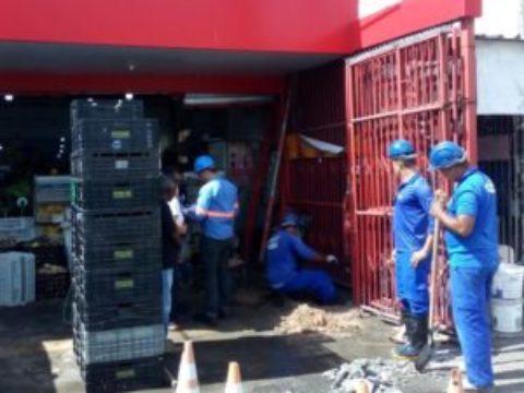 """Polícia e Embasa flagram supermercado em São Cristóvão com """"gato de água"""""""
