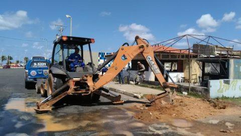 """Restaurante e barraca de praia na orla de Ipitanga, na Bahia, são flagrados com """"gato"""" de água"""