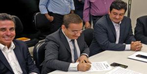 Cerimônia de assinatura do convênio para a elaboração do Plano Regional de Saneamento Básico do Consórcio Portal do Sertão.