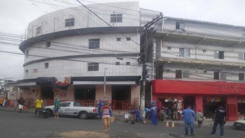 Operação da Embasa com apoio da polícia retira gato de água em prédio em Salvador (BA)