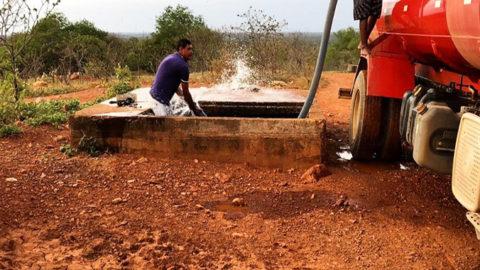 Compesa flagra furto de água por caminhão-pipa na Adutora do Oeste, em Parnamirim (PE)