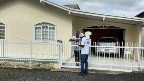 Moradores de Ituporanga (SC) recebem em casa orientações sobre esgotos