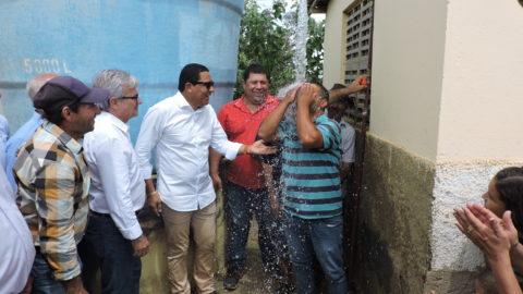 Moradores comemoram chegada de água potável em sítio de Palmeira dos Índios, em Alagoas