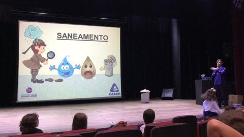 Diretora-presidente da Casan ministra aula de educação ambiental para crianças em Florianópolis (SC)